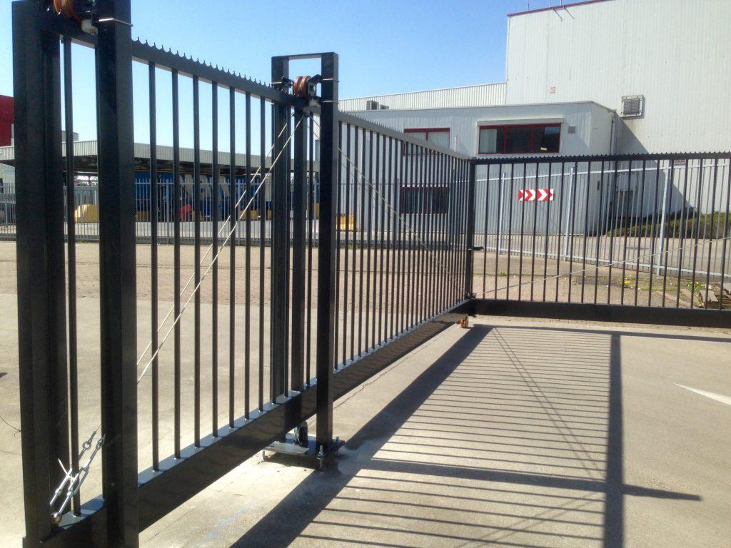 Industrie poorten geplaatst in hoekverband